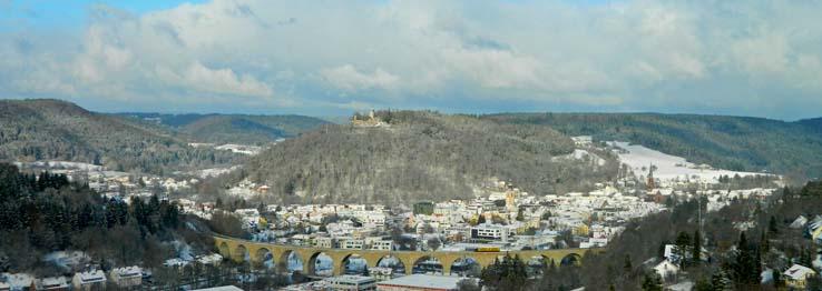 Winterliche Stadtansicht mit Viadukt