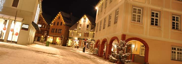 Winterliche Marktstraße bei Nacht
