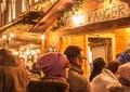 Besucher am weihnachtlich geschmückten Stand auf dem Nagolder Weihnachtsmarkt