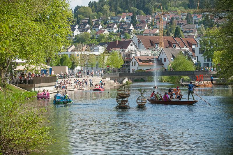 Tretboote und Stocherkahn vor dem Longwyplatz