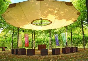 Wachsende Kirche mit Bäume darum und Blätter auf dem Boden
