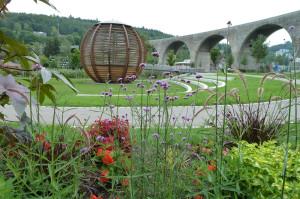 Forstkugel in der Mitte, im Hintergrund das Nagolder Viadukt und im Vordergrund Pflanzen