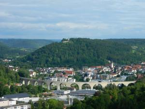 Viadukt_Stadtansicht, das Viadukt in der Mitte, darum überall Häuser und im Hintergrund Wald