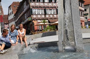 Jugendliche am Vorstadtplatzbrunnen