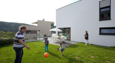 Bild einer Familie im Neubaugebiet