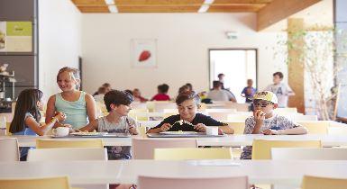 Grundschüler essen in Mensa (Infobox)
