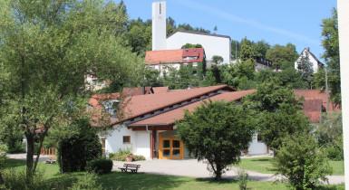 Gemeindehalle mit Kirche