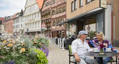 Marktstraße Paar im Cafe