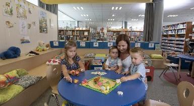 Spielende Familie in der Kinderbibliothek