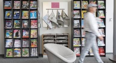 Zeitschriftenregale im Lesecafé der Stadtbibliothek