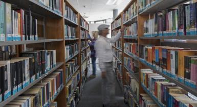 Roman-Regale der Stadtbibliothek