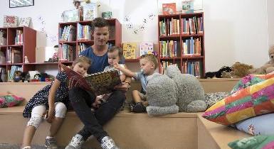 Familie in der Kinderbibliothek