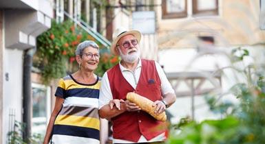 Senioren beim Stadtbummel