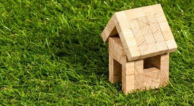 Haus aus Bauklötzen im Gras