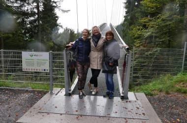 Bild von drei Frauen vor der Hängebrücke in Bad Wildbad