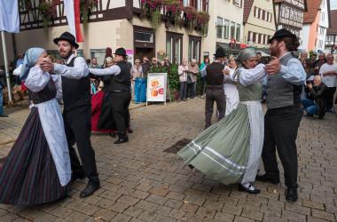 Bild von tanzenden Paaren in Tracht beim Umzug