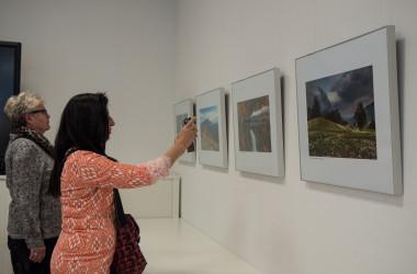 Bild von zwei Frauen bei einer Fotoausstellung