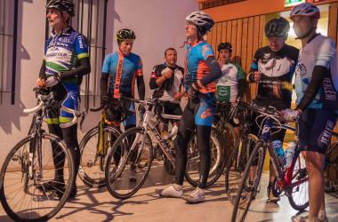 Bild von einer Gruppe von Rennradfahrern in der Stadthalle beim Empfang