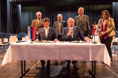 Bild der beiden Bürgermeister beim Eintragen ins Goldene Buch