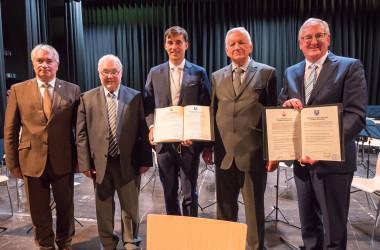 Gruppenbild mit beiden Bürgermeistern nach der Eintragung ins Goldene Buch