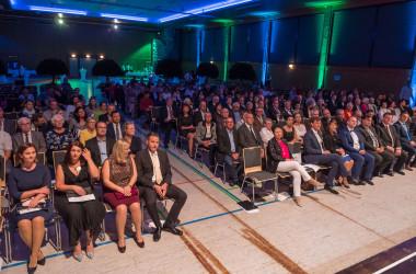 Blick von der Bühne ins Publikum beim Eintragen ins Goldene Buch