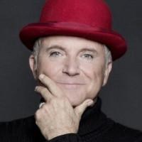 Portät von einem älteren Herrn, er trägt einen weinroten Hut und hält seine Hand ans Kinn