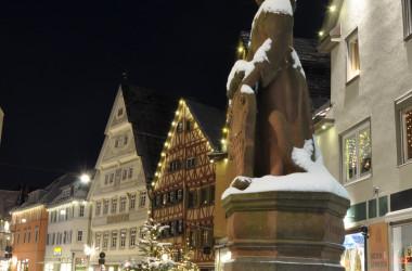Verschneite und beleuchtete Altstadt und Urschelbrunnen