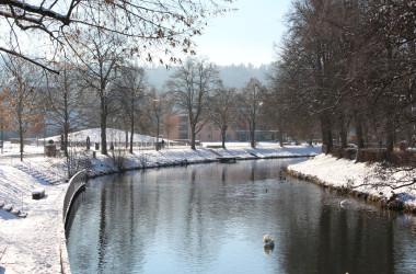 Verschneiter Stadtpark Kleb mit Fluss Nagold