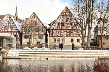 Verschneite Altstadthäuser am Longwy-Platz mit Fluss Nagold im Vordergrund