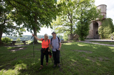 Wanderer vor derm Turm der Burgruine Nagold