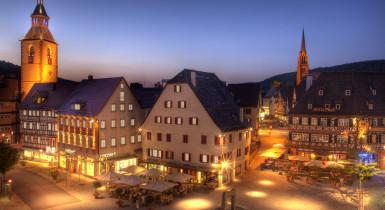 Beleuchteter Vorstadtplatz