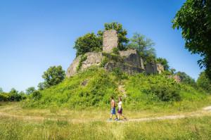 2 Wanderer unterhalb der Burgruine Nagold