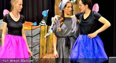 Bühnenbild mit drei jungen Schauspielerinnen