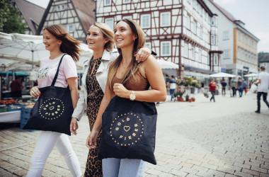 Jugendliche Mädchen unterwegs in Nagold, tragen Taschen mit Goldfieberlogo