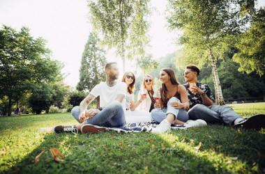 Jugendliche im Stadtpark Kleb