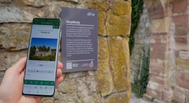 Smartphone mit geöffneter WebApp zur Audio-Tour Burgruine