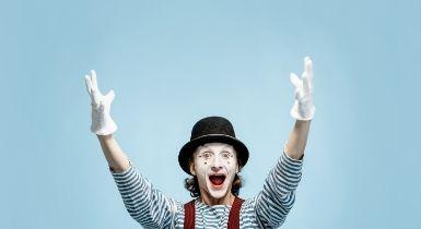 Pantomime Darsteller vor blauem Hintergrund