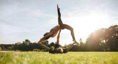 Akrobatik auf einer Wiese