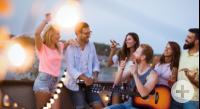 6 junge feiernde Menschen im Sommer