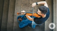 Musiker der Geige spielt