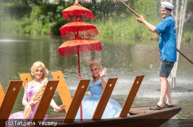 Die Prinzessinnen Rapunzel und Cinderella fahren in Nagold mit einem Stocherkahn
