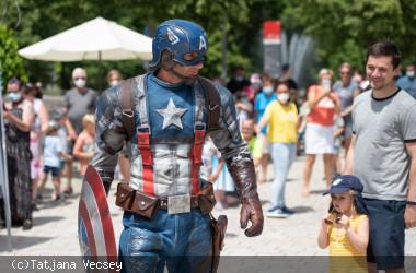 Captain America läuft über den Nagolder Longwyplatz