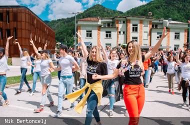 Junge Menschen feiern ihr Abitur tanzend auf der Straße