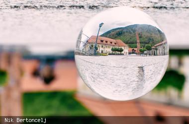 Blick auf ein Haus durch eine Glaskugel