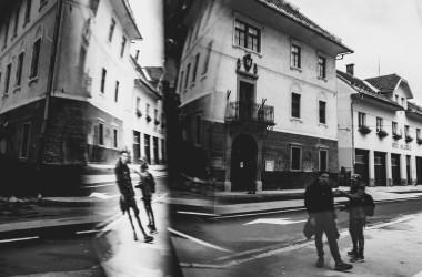 Zwei junge Männer auf der Straße spiegeln sich in einem Schaufenster