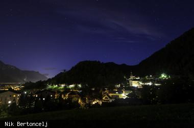 Blick auf die Stadt Koroska Bela bei Nacht