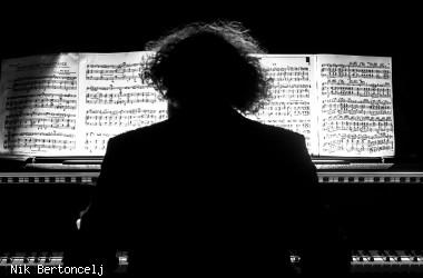 Blick auf einen Mann am Klavier und seine Noten