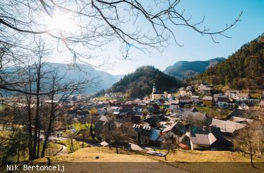 Blick auf das Dorf Koroska Bela bei Sonnenschein