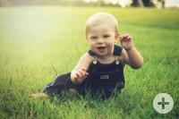 Kleiner Junge im Gras