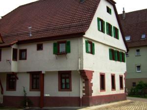 Untere Muehle von links fotografiert und rechts ein mintgrünes Haus